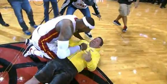 レブロンも大盛り上がり!片手投げで75,000ドルゲット!! LeBron James Tackles Fan Who Makes $75K Half-Court Shot.
