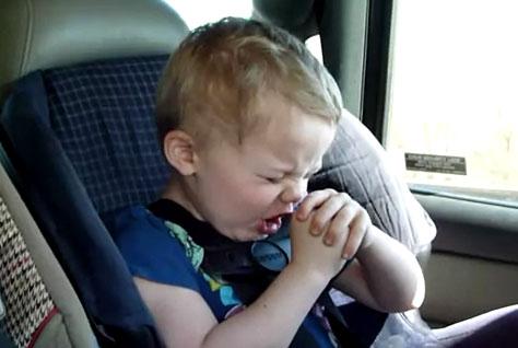 幼い姉弟がメタルバンド「Korn」の曲を見事に口パク