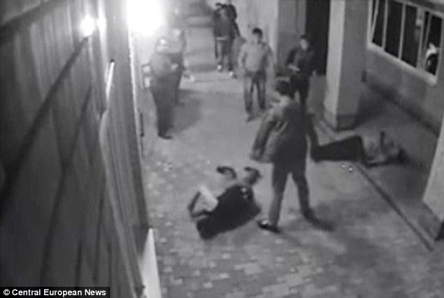 妻にちょっかいを出した2人のギャングを現役ボクサーが2秒でKO【ロシア】
