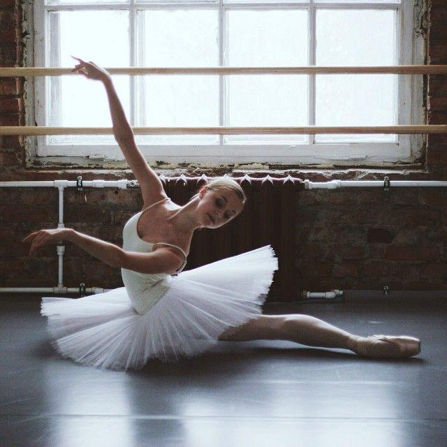 現役バレエダンサーが撮る「カーテンの裏側」-Darian Volkova's Soul in Feet