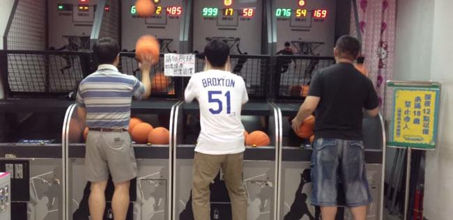 ゲーセンのバスケットゲームに挑戦したら隣に神レベルのおっさんが【中国】