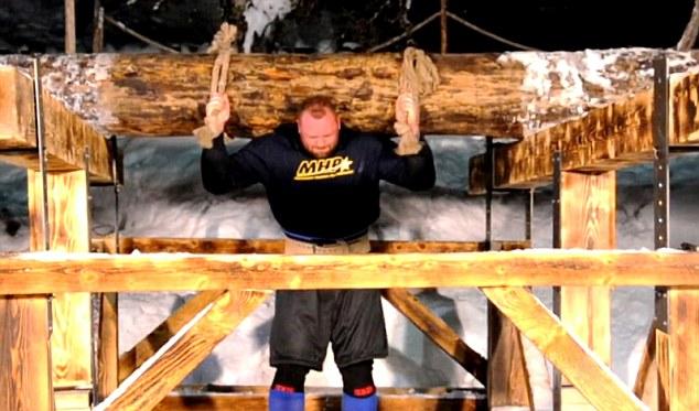 アイスランドの怪力野郎が丸太持ち上げ世界記録640kg樹立!!