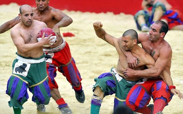 殴る蹴る首を絞めるサッカー『カルチョ・フィオレンティノ』は世界で最も過激なスポーツだ!