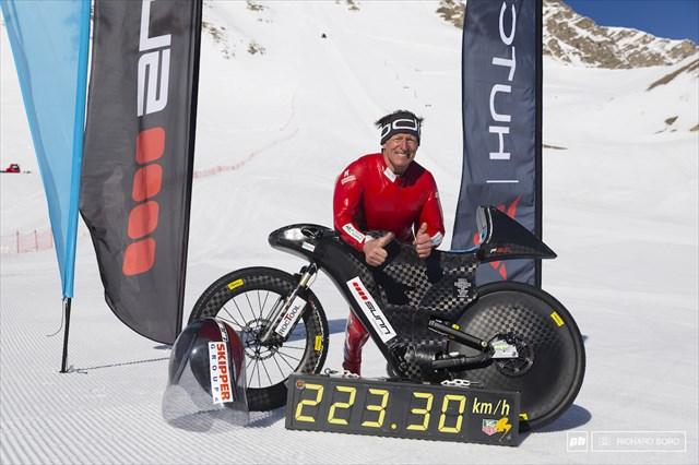 54歳のスタントマンが雪山ダウンヒルで時速223kmの世界新記録樹立!