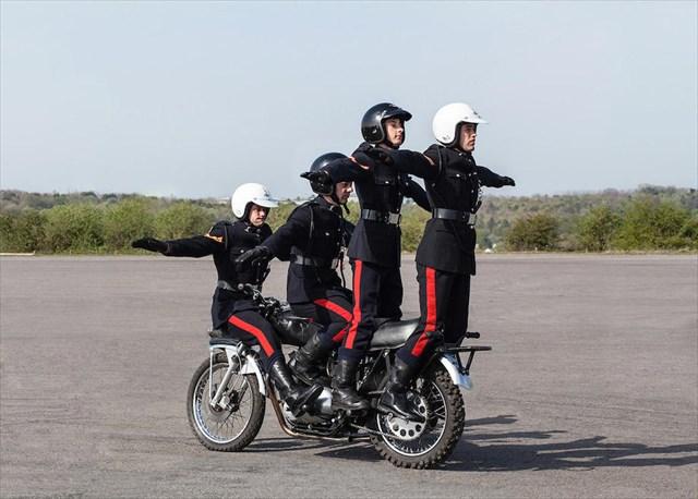 10人乗っても大丈夫!英国陸軍隊の曲芸バイク乗り部隊「ホワイトヘルメット」