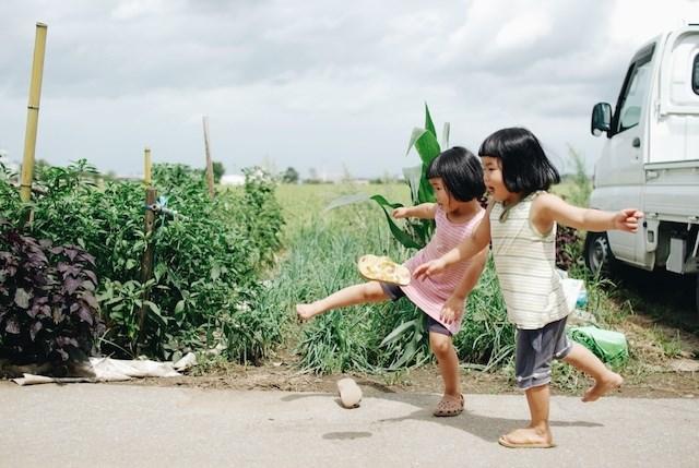 双子の女の子達に古き良き子どもの姿を思い描く― The Playful Adventures Of  Twin Daughters