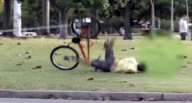 【痛い】ブラジルのドッキリ集団、自転車泥棒をこらしめる!