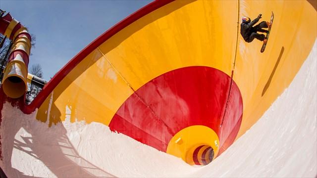 レッドブルスノーボードチームが冬季休業中の「世界一危険な遊園地」に挑む!