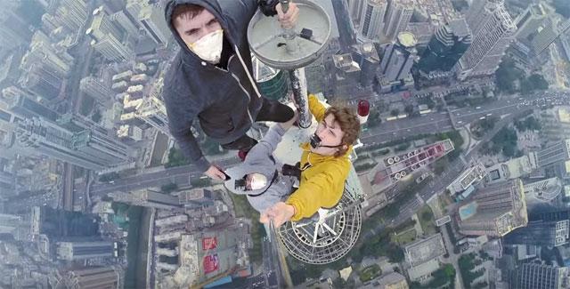 ロシア人青年コンビ、今度は中国の超高層ビル「地王大厦」に不法侵入からの登頂成功!