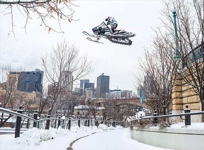 コンクリでもおかまいなし‼スノーモービルで都市を大爆走-Snowmobiling St. Paul